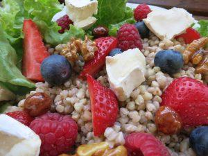 Buchweizen Salat mit Beeren und Ziegenkäse